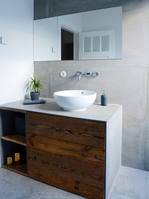 Beispiel Für Moderne Badezimmer Mit Offenen Schränken, Dunklen  Holzschränken, Grauer Wandfarbe, Betonboden,