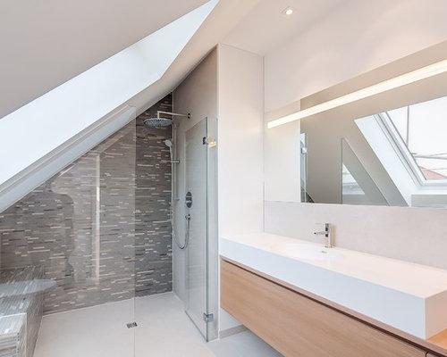 Mittelgroßes Modernes Duschbad Mit Bodengleicher Dusche, Grauen Fliesen,  Mosaikfliesen, Integriertem Waschbecken, Flächenbündigen