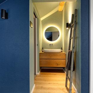 Mittelgroßes Modernes Duschbad mit flächenbündigen Schrankfronten, braunen Schränken, grüner Wandfarbe, hellem Holzboden, Aufsatzwaschbecken, Waschtisch aus Holz, beigem Boden und brauner Waschtischplatte in München
