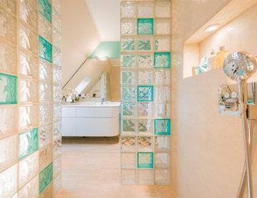 Dachgeschoss-Bad: Schick mit Glasbausteinen