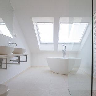 Modernes Badezimmer mit freistehender Badewanne, bodengleicher Dusche, weißer Wandfarbe, Aufsatzwaschbecken und offener Dusche in Berlin
