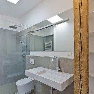 Idées déco pour une petite salle d'eau contemporaine avec un placard sans porte, une douche à l'italienne, un WC suspendu, un carrelage gris, un mur blanc et un lavabo suspendu.