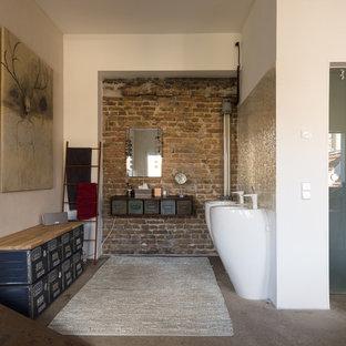 Stilmix Badezimmer mit weißer Wandfarbe, Betonboden, Sockelwaschbecken und grauem Boden in Berlin