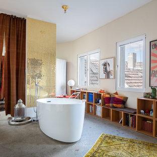 Merveilleux Stilmix Badezimmer Mit Freistehender Badewanne, Beiger Wandfarbe,  Betonboden Und Grauem Boden In Berlin