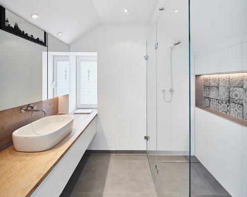 Kleines Modernes Duschbad Mit Flächenbündigen Schrankfronten, Weißen  Schränken, Weißen Fliesen, Keramikfliesen, Weißer