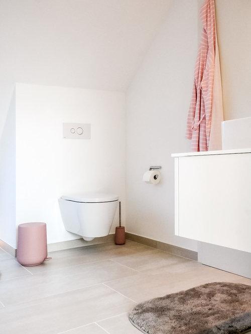 Mittelgroßes Modernes Duschbad Mit Wandtoilette Mit Spülkasten,  Aufsatzwaschbecken, Flächenbündigen Schrankfronten, Weißen Schränken,