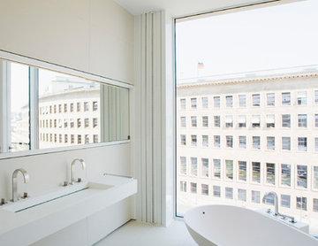 Das Bad ist ebenso klar strukturiert, die ovale Badewanne stellt den feinfühlige