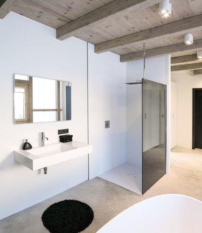 モダン 浴室 by büro für bauform