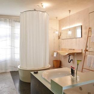 Mittelgroßes Eklektisches Badezimmer mit freistehender Badewanne, grauen Fliesen, schwarzen Fliesen, beiger Wandfarbe, Wandwaschbecken, Waschtisch aus Holz, Schieferboden und Duschvorhang-Duschabtrennung in Stuttgart