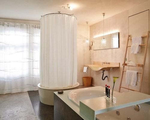Mittelgroßes Eklektisches Badezimmer Mit Freistehender Badewanne, Grauen  Fliesen, Schwarzen Fliesen, Beiger Wandfarbe,