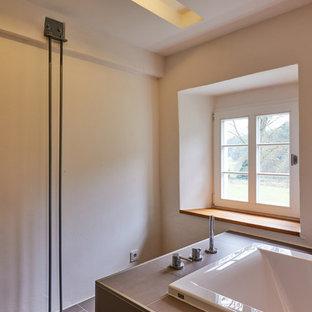 Foto di un'ampia sauna minimalista con ante in stile shaker, ante bianche, piastrelle grigie, piastrelle in ceramica, top piastrellato, vasca sottopiano, pareti grigie e pavimento con piastrelle in ceramica