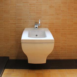 ベルリンの大きいコンテンポラリースタイルのおしゃれな浴室 (段差なし、壁掛け式トイレ、モザイクタイル、ベージュの壁、竹フローリング、ベッセル式洗面器) の写真