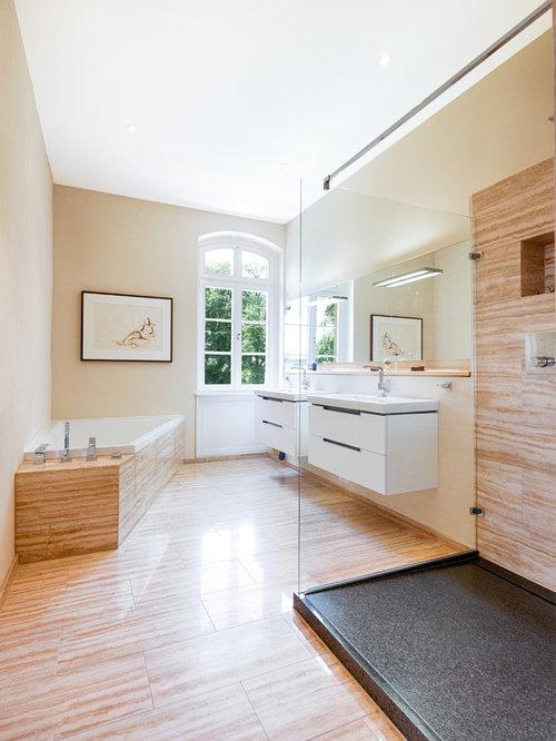 Großes Klassisches Duschbad Mit Eckbadewanne, Bodengleicher Dusche, Braunen  Fliesen, Travertinfliesen, Beiger Wandfarbe