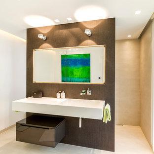 Modernes Badezimmer Mit Flächenbündigen Schrankfronten, Weißer Wandfarbe,  Integriertem Waschbecken Und Offener Dusche In Hamburg