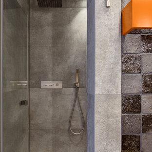Diseño de cuarto de baño con ducha, urbano, grande, con puertas de armario de madera en tonos medios, ducha a ras de suelo, sanitario de pared, baldosas y/o azulejos grises, baldosas y/o azulejos de terracota, paredes blancas, suelo de baldosas de cerámica, lavabo integrado, encimera de azulejos, suelo gris y encimeras grises