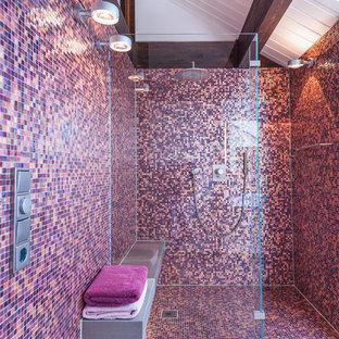 Ispirazione per una stanza da bagno con doccia design di medie dimensioni con lavabo sospeso, ante in legno scuro, top in superficie solida, doccia alcova, WC sospeso, piastrelle rosa, piastrelle a mosaico, pareti bianche e pavimento con piastrelle in ceramica