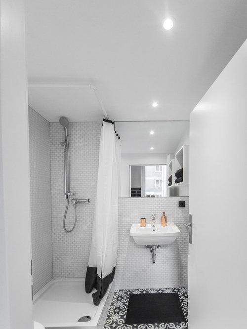 Kleines Klassisches Duschbad Mit Wandwaschbecken, Eckdusche, Schwarz Weißen  Fliesen, Weißer Wandfarbe,