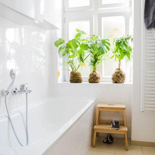 Esempio di una stanza da bagno minimal di medie dimensioni con vasca da incasso, pareti bianche, ante lisce, ante bianche, piastrelle bianche, piastrelle in ceramica e pavimento con piastrelle in ceramica