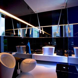 Foto di una stanza da bagno padronale contemporanea con ante lisce, ante bianche, orinatoio, piastrelle beige, pareti nere e pavimento con piastrelle in ceramica