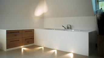 Einbaubadewanne und Sideboard mit schöner Beleuchtung