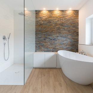 Mittelgroßes Modernes Duschbad mit flächenbündigen Schrankfronten, weißen Schränken, freistehender Badewanne, Einbauwaschbecken, offener Dusche, weißer Wandfarbe, braunem Holzboden, braunem Boden und offener Dusche in Stuttgart