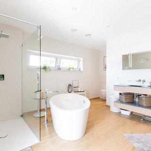 Неиссякаемый источник вдохновения для домашнего уюта: большая ванная комната в современном стиле с открытыми фасадами, бежевыми фасадами, отдельно стоящей ванной, открытым душем, инсталляцией, белыми стенами, светлым паркетным полом, душевой кабиной, монолитной раковиной, стеклянной столешницей, бежевым полом, открытым душем и синей столешницей