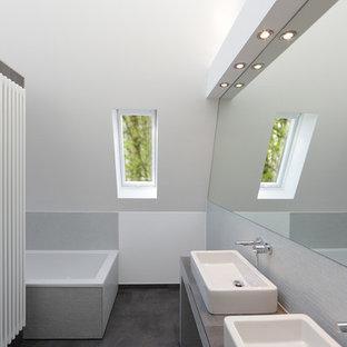 Mittelgroßes Modernes Badezimmer Mit Eckbadewanne, Grauen Fliesen,  Mosaikfliesen, Weißer Wandfarbe Und Aufsatzwaschbecken In