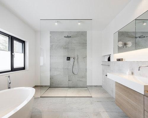 Modernes Badezimmer En Suite Mit Flächenbündigen Schrankfronten,  Freistehender Badewanne, Bodengleicher Dusche, Grauen Fliesen