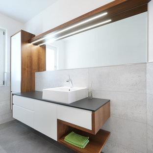 Esempio di una stanza da bagno minimal di medie dimensioni con ante lisce e pareti bianche
