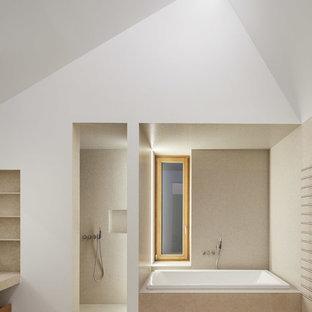 Großes Modernes Badezimmer mit Einbaubadewanne, Duschnische, weißer Wandfarbe, Travertin, beigem Boden, beigefarbenen Fliesen und Mosaikfliesen in Sonstige