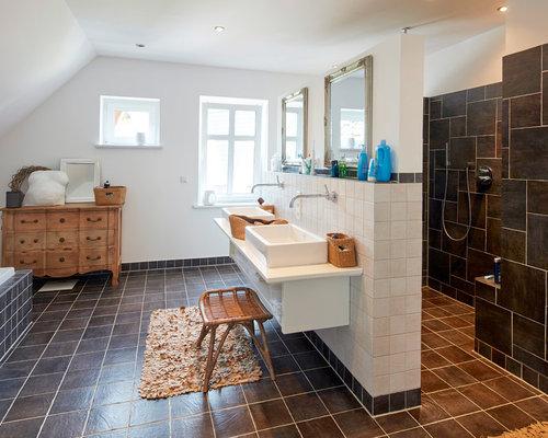 Großes Country Badezimmer En Suite Mit Offenen Schränken, Einbaubadewanne,  Offener Dusche, Schwarzen Fliesen