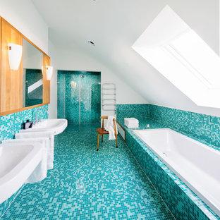 Cette photo montre une grand douche en alcôve principale tendance avec un lavabo de ferme, une baignoire posée, carrelage en mosaïque, un mur blanc, un sol en carrelage de terre cuite, un placard à porte plane, des portes de placard en bois brun et un sol turquoise.