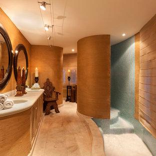 Mittelgroßes Tropisches Badezimmer mit verzierten Schränken, hellbraunen Holzschränken, brauner Wandfarbe, Marmorboden, Einbauwaschbecken und Kalkstein-Waschbecken/Waschtisch in Sonstige