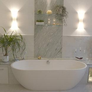 Salle de bain avec un plan de toilette en marbre Dresde ...