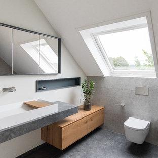 Mittelgroßes Modernes Duschbad mit hellen Holzschränken, bodengleicher Dusche, weißer Wandfarbe, flächenbündigen Schrankfronten, Wandtoilette, beigefarbenen Fliesen, Zementfliesen, Zementfliesen, grauem Boden und Trogwaschbecken in Frankfurt am Main
