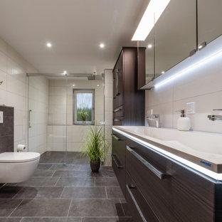 Großes Modernes Badezimmer En Suite mit dunklen Holzschränken, bodengleicher Dusche, Wandtoilette, weißen Fliesen, offener Dusche, weißer Waschtischplatte, Doppelwaschbecken, flächenbündigen Schrankfronten, integriertem Waschbecken, braunem Boden und schwebendem Waschtisch in Stuttgart