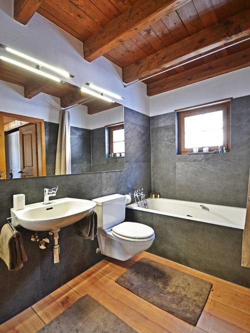 Mittelgroßes Rustikales Badezimmer Mit Einbaubadewanne, Wandtoilette Mit  Spülkasten, Grauen Fliesen, Weißer Wandfarbe,