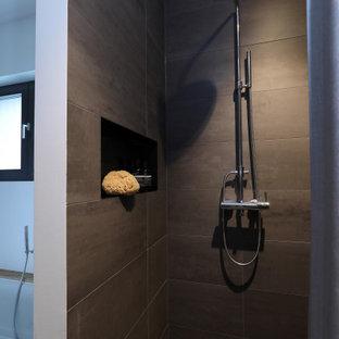 Mittelgroßes Modernes Badezimmer En Suite mit flächenbündigen Schrankfronten, hellen Holzschränken, Unterbauwanne, bodengleicher Dusche, Toilette mit Aufsatzspülkasten, grauen Fliesen, weißer Wandfarbe, Aufsatzwaschbecken, Mineralwerkstoff-Waschtisch, grauem Boden, Duschvorhang-Duschabtrennung, Nische, Doppelwaschbecken und schwebendem Waschtisch in Frankfurt am Main