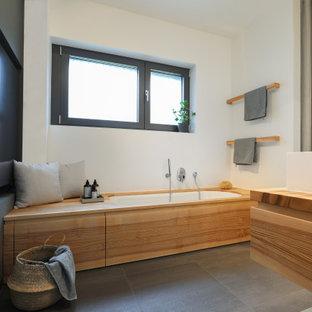 Mittelgroßes Modernes Badezimmer En Suite mit flächenbündigen Schrankfronten, hellen Holzschränken, Unterbauwanne, bodengleicher Dusche, Toilette mit Aufsatzspülkasten, grauen Fliesen, weißer Wandfarbe, Aufsatzwaschbecken, Mineralwerkstoff-Waschtisch, grauem Boden, Duschvorhang-Duschabtrennung, Doppelwaschbecken, schwebendem Waschtisch und brauner Waschtischplatte in Frankfurt am Main