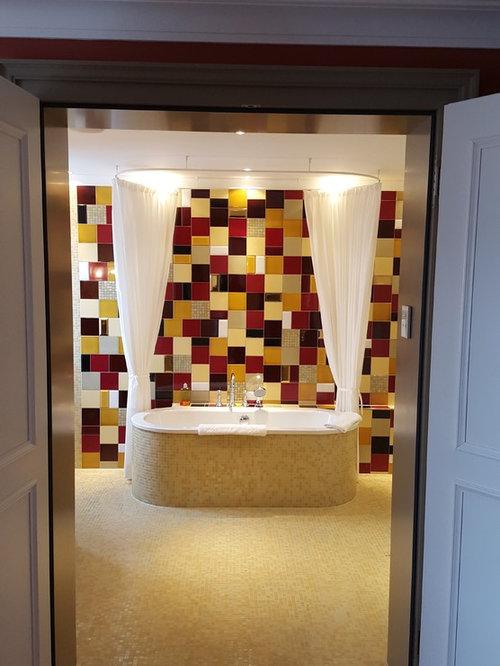Mittelgroßes Modernes Badezimmer Mit Mosaik Bodenfliesen, Freistehender  Badewanne, Mosaikfliesen Und Farbigen Fliesen In