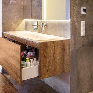 Salle de bain avec un sol en carrelage de céramique Stuttgart ...