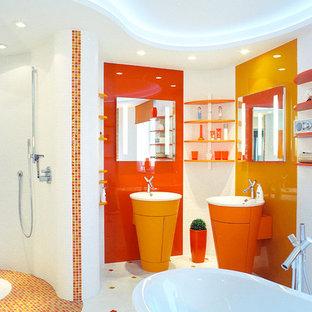 Ejemplo de cuarto de baño principal, actual, de tamaño medio, con bañera encastrada, sanitario de pared, lavabo de seno grande, ducha abierta, baldosas y/o azulejos naranja, baldosas y/o azulejos blancos, baldosas y/o azulejos en mosaico, paredes blancas, ducha abierta, armarios con paneles lisos, puertas de armario naranjas y suelo blanco