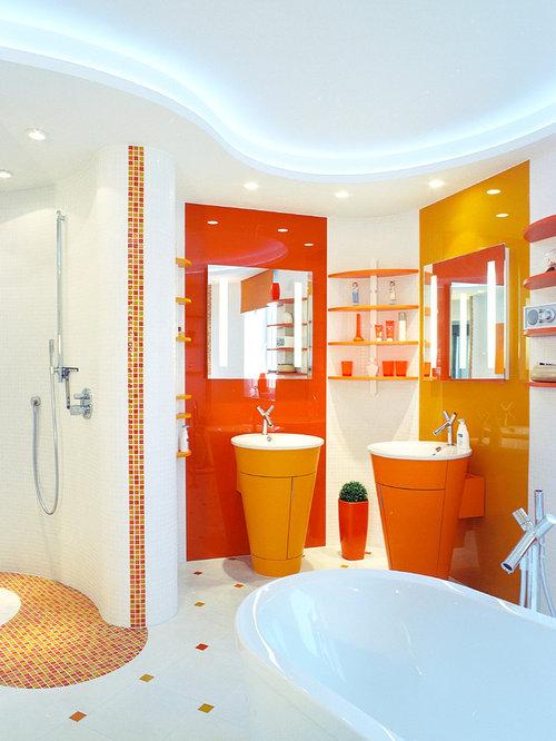 Mittelgroßes Modernes Badezimmer En Suite Mit Einbaubadewanne,  Wandtoilette, Trogwaschbecken, Offener Dusche, Orangefarbenen