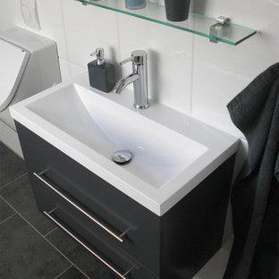 ブレーメンの小さいコンテンポラリースタイルのおしゃれな浴室 (フラットパネル扉のキャビネット、グレーのキャビネット、男性用トイレ、白いタイル、セラミックタイル、白い壁、磁器タイルの床、横長型シンク、木製洗面台) の写真