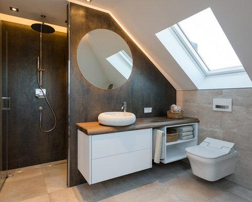 Kleines Modernes Badezimmer Mit Flächenbündigen Schrankfronten, Weißen  Schränken, Duschnische, Wandtoilette, Beigefarbenen Fliesen