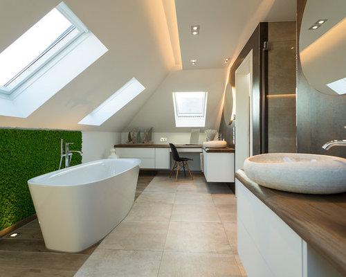 Großes Modernes Duschbad Mit Flächenbündigen Schrankfronten, Weißen  Schränken, Freistehender Badewanne, Duschnische, Braunen