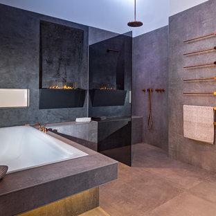 Ejemplo de cuarto de baño con ducha, contemporáneo, grande, con bañera encastrada, ducha abierta, baldosas y/o azulejos grises, losas de piedra, paredes blancas, suelo de cemento, suelo gris y ducha abierta
