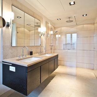 Immagine di una stanza da bagno design con ante lisce, ante in legno bruno, piastrelle beige, lastra di pietra, pareti bianche, lavabo da incasso, top in legno e pavimento in pietra calcarea