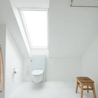 Inspiration pour une salle de bain nordique de taille moyenne avec une douche à l'italienne, un WC suspendu, un carrelage blanc et un mur blanc.