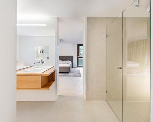 Wohnidee Für Große Moderne Badezimmer En Suite Mit Beiger Wandfarbe,  Hellbraunen Holzschränken, Duschnische,